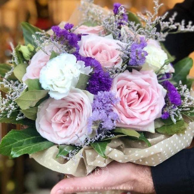 Donna Concetta Bouquet di fiori - dai toni bianco, rosa e lilla: Sweet Avalanche+, Statice Limonio Limonium lilla, bianco, viola, Lisianthus bianco, accuratamente confezionato con verde decorativo di stagione.
