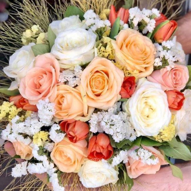 Donna Fugata Bouquet di fiori - dai toni perlati del bianco, arancio e pesca: Peach Avalanche+, Pearl Avalanche+, Avalanche+ , tulipani arancio, Statice Limonio Limonium bianco e giallo, accuratamente confezionato con verde decorativo di stagione.