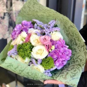 Donna Paola Bouquet di fiori - dai toni lilla, rosa e bianco: Rose Avalanche+, Lisianthus rosa variegato e bianco, Ortensie , Green drick, Statice Limonio Limonium lilla e rosa accuratamente confezionato con verde decorativo di stagione.