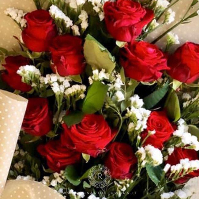 Donna Rosa Bouquet di fiori - fascio di Rose rosse accuratamente confezionato con verde decorativo di stagione.