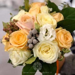 Donna Rosalia Bouquet di fiori - Bouquet di fiori misti dai toni del bianco e pesca: Peach Avalanche+, Avalanche+ , Lisianthus e bacche, accuratamente confezionato con verde decorativo di stagione.