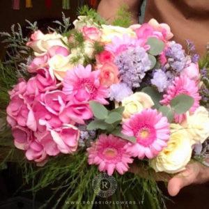 Bouquet di Fiori - Ortensie rosa, Statice Limonio Limonium lilla e bianco, Rose Avalanche+,Gerbere rosa accuratamente confezionato con verde decorativo di stagione.